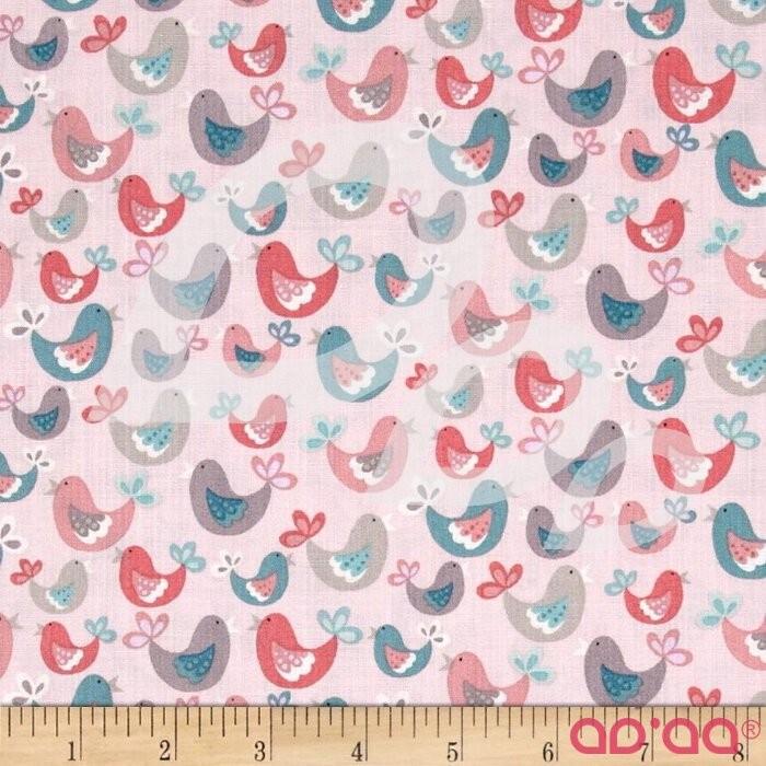Tecido de Algodão com Pássaros de Diversas Cores em Fundo Rosa Bébé