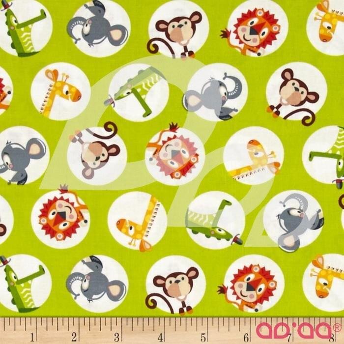 Tecido de Algodão com Leão, Macaco, Girafa, Elefante e Crocodilo em Fundo Verde Claro