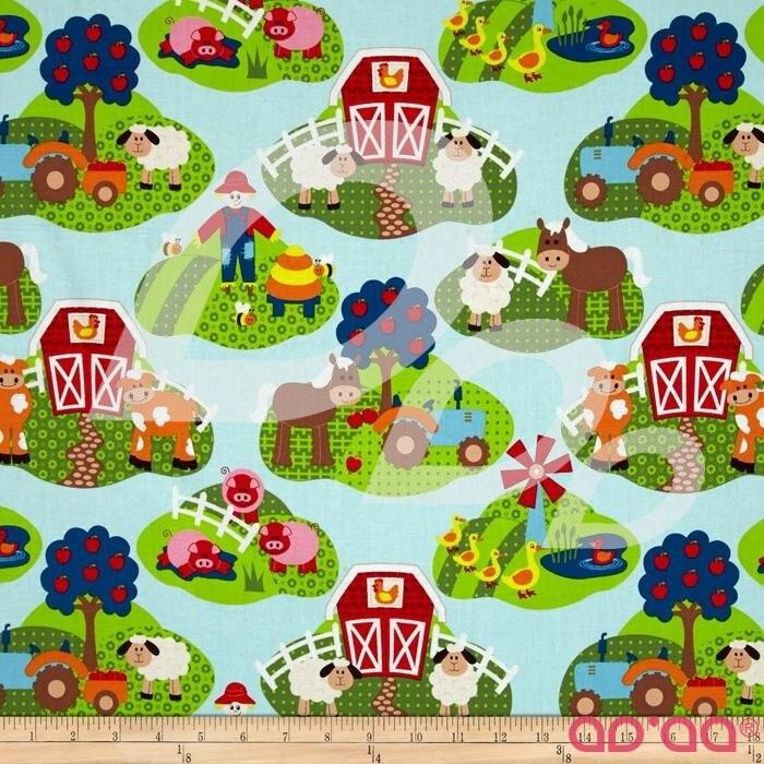 Tecido de Algodão Com Animais na Quinta, Vacas, Porcos, Cavalos, Ovelhas, Celeiros, Tratores, Vegetais, Abelhas, Espantalhos e Árvores em Fundo Azul Claro