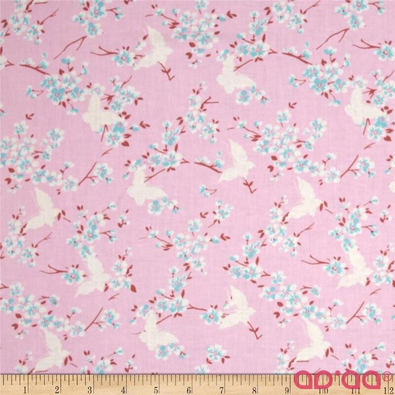 Tecido de Algodão Tanya Whelan com Borboletas e Flores em Árvores em Fundo Rosa Claro